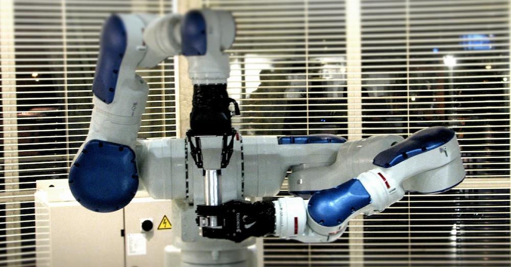 Robomotive laat handen, armen en ogen van de robot samenwerken
