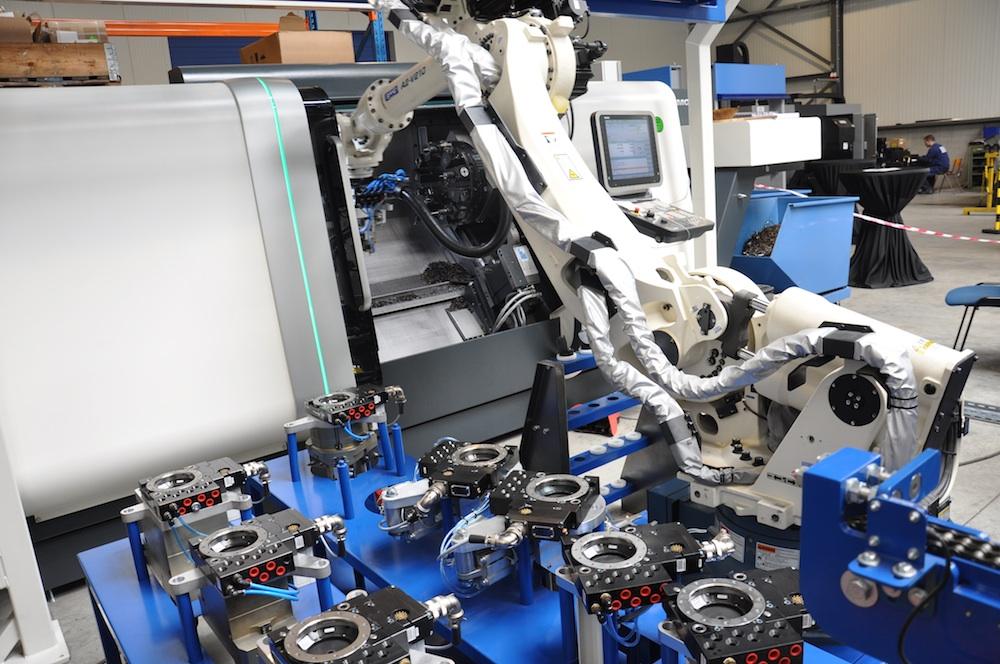 Auto-Cell robotcel: 2 man draaien productie van 27 man