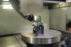 Het NC-werkstuk tijdens een test op een 5-assige AXA-machine.