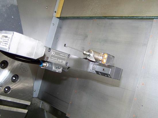 De meettaster die Monforts in de machine integreert is ook bruikbaar als grote werkstukken opgespannen zijn.