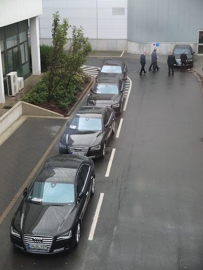 De VIP-auto's met chauffeurs staan klaar bij hal 2, de DMG Mori hal.