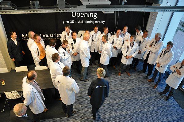 De partners in het AddLab, samen met het team van Additive Industries.