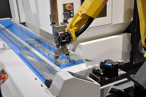 RoboJob: robot en conveyor voor automatisch beladen freesmachine