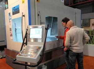 Bezoekers komen naar de Techni-Show voor informatie over nieuwe ontwikkelingen, zoals deze Finetech 5-assige machine bij Dormac.