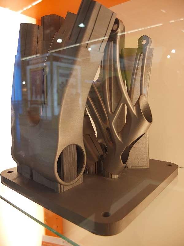 Zo ziet een 3D lasergesmolten fietsframe uit titaan eruit, gemaakt door Renishaw.