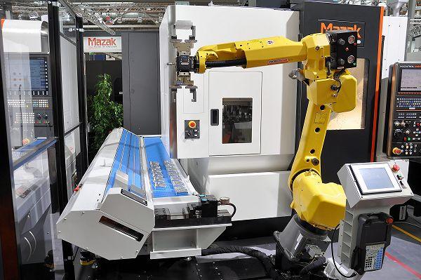 De Europese maakbedrijven moeten meer investeren in onder andere automatisering om concurrerend te blijven. Op de foto een robotsysteem van Robojob bij een Mazak bewerkingscentrum.