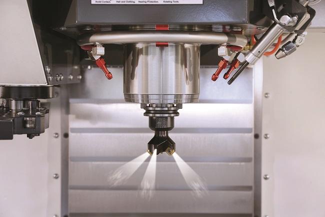 Een van de opties  bij koelen door het gereedschap is het wegblazen van eventuele spanen met lucht.