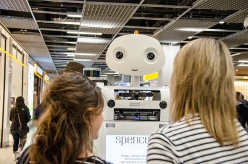 Spencer robot slaagt met vlag en wimpel bij begeleiden passagiers op Schiphol