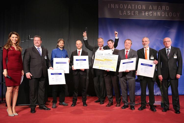 Armand Pruijmboom (midden, handen in de lucht stekend) met zijn team bij de prijsuitreiking.