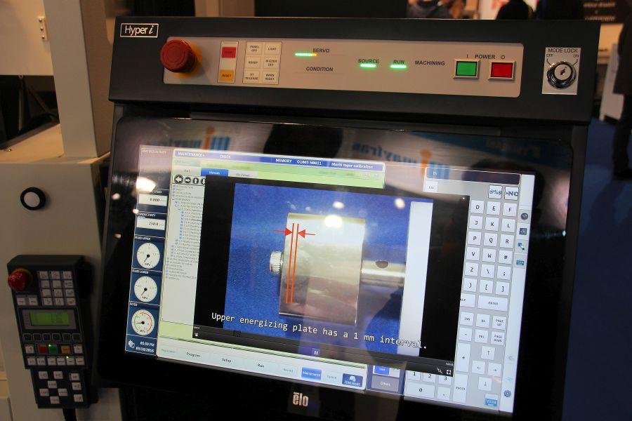 Makino bouwt in de Hyper-i besturing instructiefilms in voor de bediening van EDM machines.