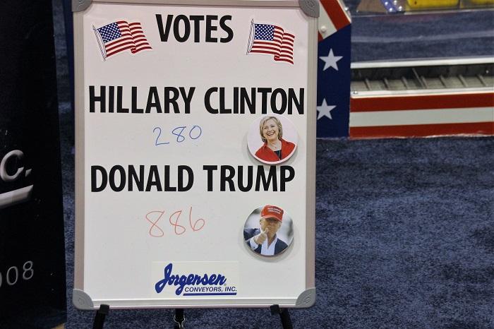 Normaal moet je in de VS politiek niet met business vermengen, maar deze exposant vraagt bezoekers naar hun stemgedrag.
