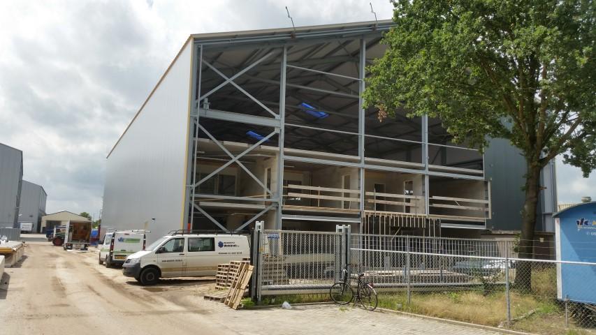 Voor de productie is op het terrein van Boessenkool een nieuwe hal gebouwd, waarin de draaibank een prominente plaats inneemt.