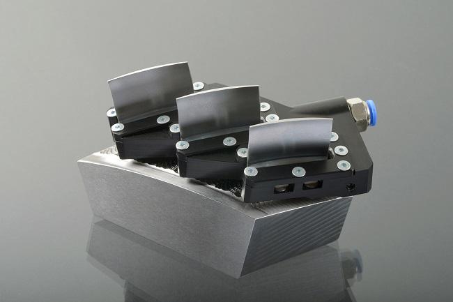 Het nieuwe opspanmechanisme van de Fraunhofer instituten in Aken dat zowel voor frezen als lasercladden gebruikt kan worden.
